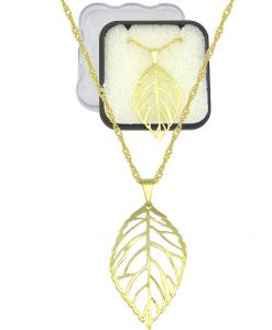 Gargantilha folheada a ouro e pingente em forma de folha vazada.